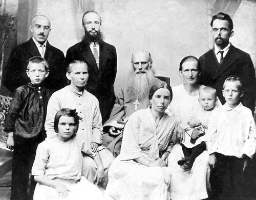 Священник Владимир Мощанский в кругу родных. 1920е гг.