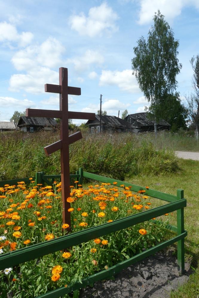 Поклонный крест в д. Стешково на месте часовни Илии Пророка. Через дорогу видно здание часовни.